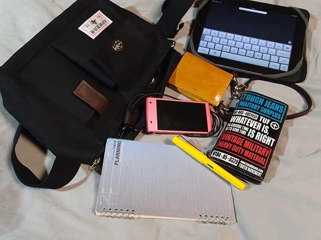 ロザンのロジカルノートや、万年筆、長財布などを入れています。 コンパクトデジタルカメラは、この写真を撮ルのに使ったので写っていません。 kindleはこの時たまたまバッグに入れていなかったので撮り忘れm(_ _)m