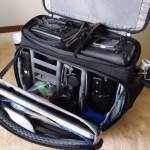 蓋の方にmacbook pro retina 15 と丸レフを入れています。   なお、このバッグの素晴らしい点は、フタが上にも前にもあること。使い勝手が良いです。
