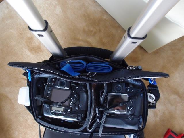 バッテリーパック付きのカメラが2台入ります。 あと、フタの取っ手はハンドルを通せますので、開きっぱなしにもできます。