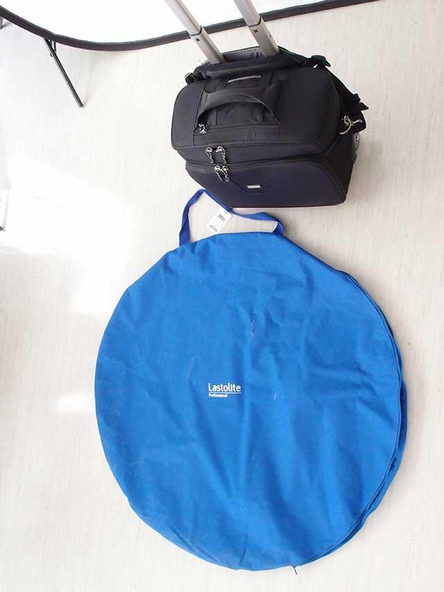 この青い袋が収納ケースです。把手はトートバッグのように肩から下げられます。