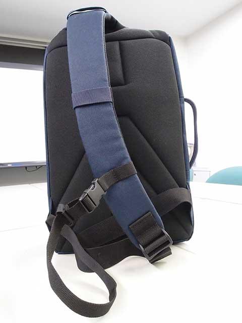 背中部分と肩のストラップはパッド入り。 補助のストラップで肩掛けスタイルを固定できます。