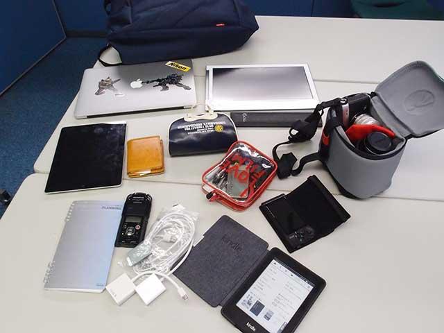 macbookやカメラの他、 Kindleやら、メモ帳やら、細々としたものやら、手帳やら、いろいろ入っています。